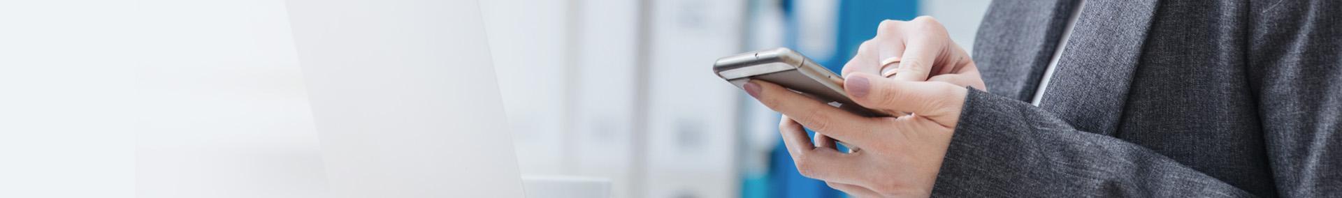 Osoba trzymająca telefon w dłoni